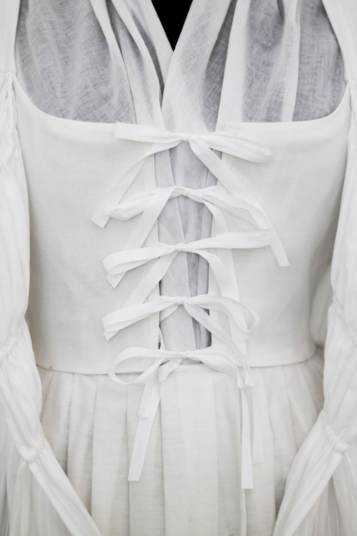 Rococo Atelier: My second robe en chemise - close-up of the front closure method