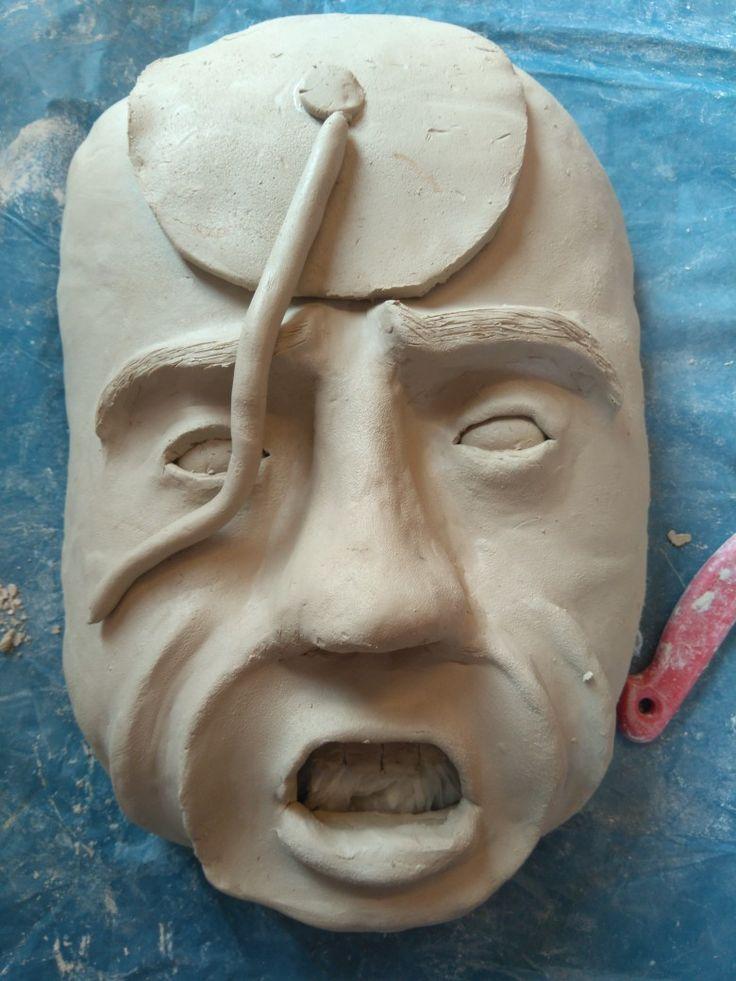 Vandaag 19-09-207 in de les heb ik een gezichts rimpel weggewerkt opdat ik die niet meer mooi vond en heb ik de mond, tanden en lippen gemaakt. Toen heb ik het gezicht glad gemaakt met water en sponsjes en als laatste ben ik begonnen met de klok en de wijzers zie over het gezicht lopen.