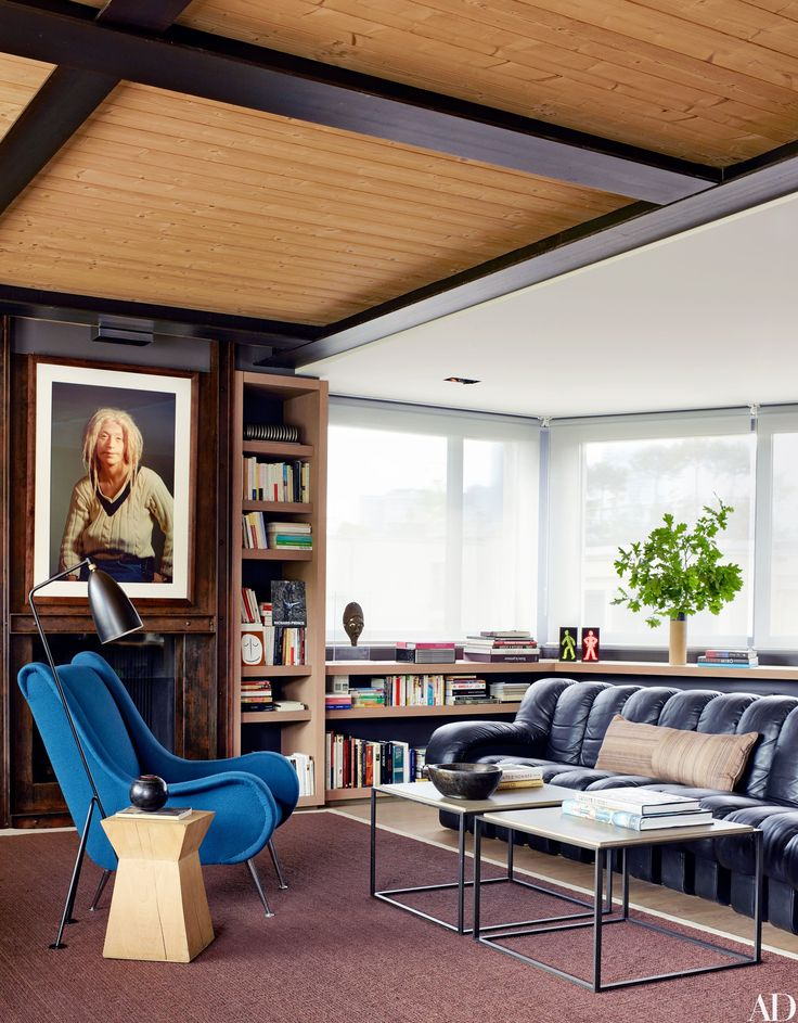 Tour a Midcentury House in the Suburbs of Paris Photos | Black Leather Sofa. Living Room Inspiration. Living Room Ideas. Black Sofa | Modern Sofas #blacksofa #leathersofa #modernsofas See more at: modern sofas.eu