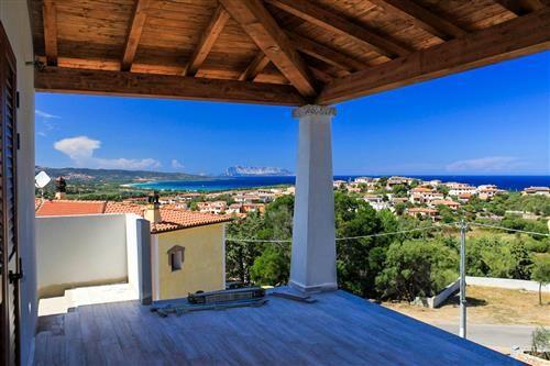 Borgo di tanaunella proponiamo appartamento libero su tre for Piani di veranda coperta