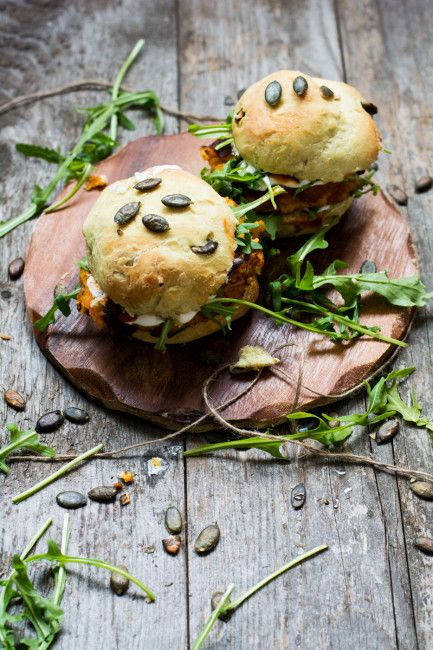 Süßkartoffel-Couscous-Burger mit Kürbiskern-Buns vegetarisch & homemade