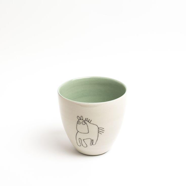 Krus - 175,- Farge: Støvgrønn Tegning: Hest Tekst: Du er ung på din beste alder