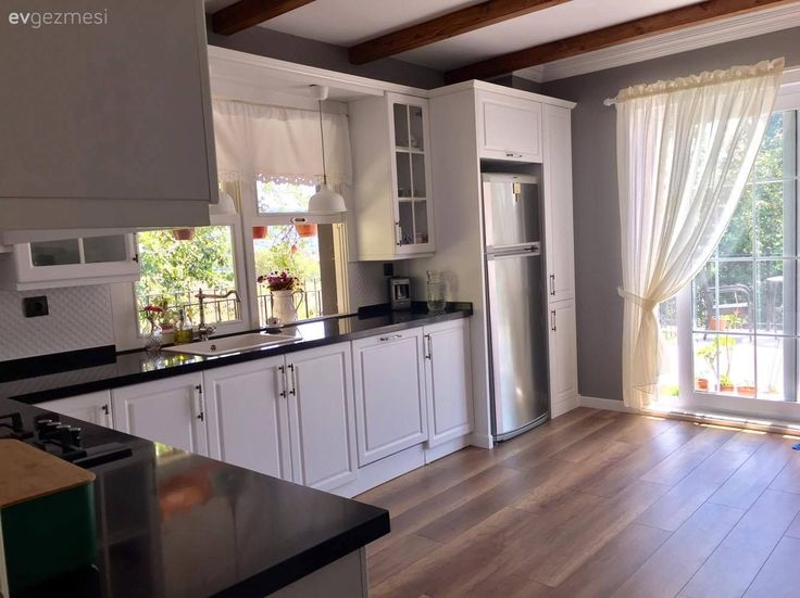 Şükran hanımın bolca ışık alan mutfağı, beyaz renk dolap seçimi ile daha da aydınlanıyor. Country esintili dekor, ahşap zemin ve tavan detayları alanın sıcaklığını tamamlıyor. Buyrun konuk olalım..