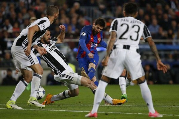 Juventus' defender Giorgio Chiellini (2L) vies with Barcelona's Argentinian forward Lionel Messi (C) during the UEFA Champions League quarter-final second leg football match FC Barcelona vs Juventus at the Camp Nou stadium in Barcelona on April 19, 2017. / AFP PHOTO / Marco BERTORELLO