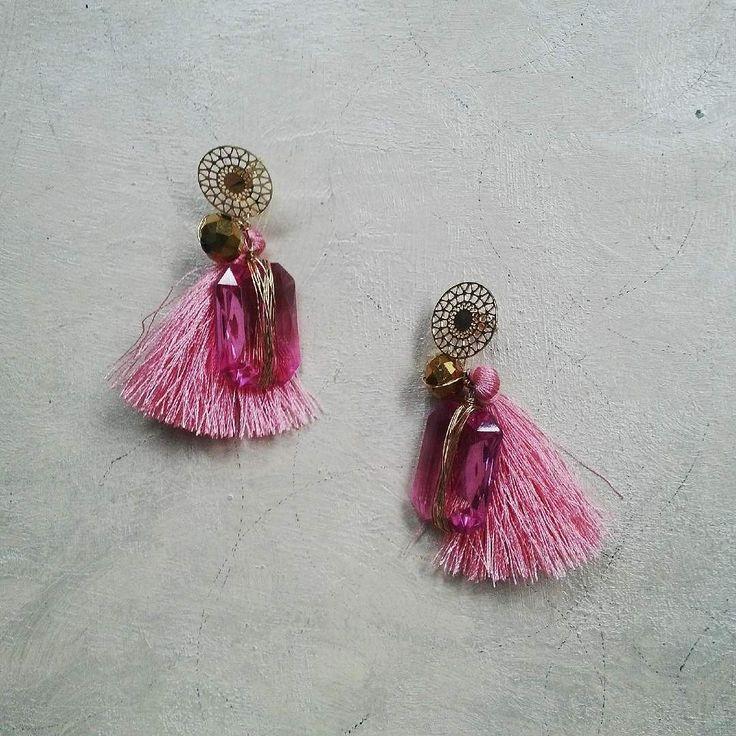 Think in Pink!  La nueva tendencia tassel en un color que amarás como este en varios tonos de rosa con toques dorados. Te gusta cómo lo combinas?  Fotografía : @klebersoriano  be DIFFERENT choose an #KK #fashion #moda #crystal #earrings #tassel #bijoux #bisuteria #jewel #jewelry #publicidad #ads #designer #design #emprendedor #Ecuador #photography #handmade #estilo #style #accesorios #accessories #fashionista #marketing #art