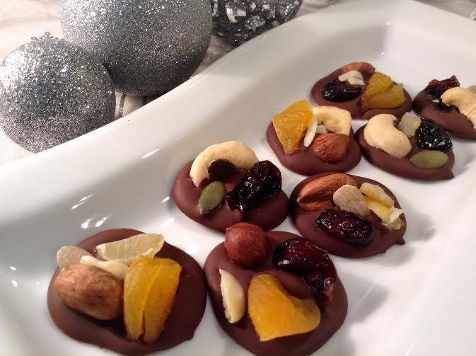 Velmi jednoduché cukroví z kvalitní čokolády a sušených oříšků, semínek a sušeného ovoce.