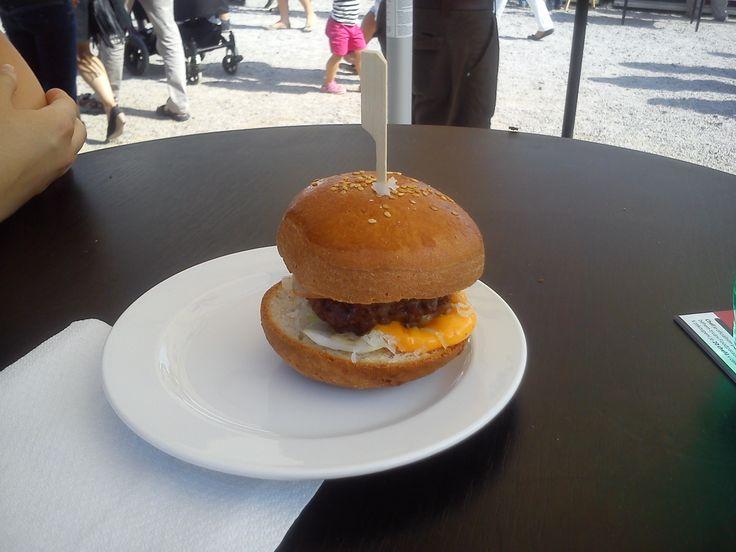 Brooklynský burger s hovězím masem, uzeným, sladkokyselým zelím a cheddarovou omáčkou
