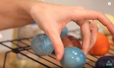 Iată frumusețea întruchipată în bucătărie! Această doamnă vopsește ouăle într-un mod cu totul diferit și creativ. Videoclipul ne învață cum putem vopsi ouăle de sărbătorile pascale fără să folosim vopsea cumpărată, care știm destul de bine câte chimicale conține și la ce riscuri ne predispunem când o folosim. Doamna și-a creat propria rețetă miraculoasă de a obține vopseaua, iar această metodă ne uimește într-adevăr pe toți. Aceste vopsele se bazează în totalitate pe compuși naturali din…