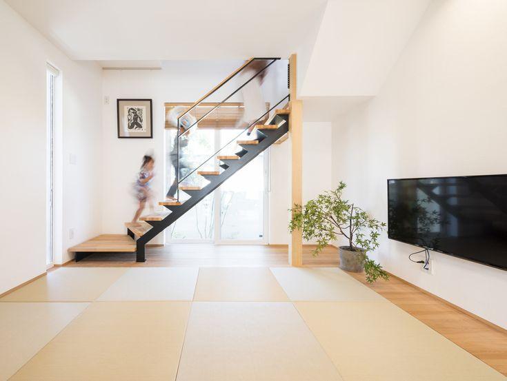 . リビング階段を希望する方が多いですが こちらはリビング、ダイニングを通った 奥の和室に階段をつくりました。 . ごろんと寝ころべる空間は 心が落ち着きます。 . エアコンが見えないように 考えられた天井高です。 #和室#スケルトン階段#吹き抜け階段#ダイニング#木製ブラインド#観葉植物#壁#漆喰#棟方志功#壁付けテレビ#栂#すっきり#シンプル#自分らしい暮らし #デザイナーズ住宅 #注文住宅新築 #設計士と直接話せる #設計士とつくる家 #コラボハウス #インテリア #愛媛 #香川 #新築 #注文住宅