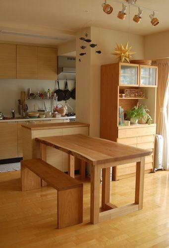 ナラ無垢3枚接ぎ天板のダイニングテーブルとベンチをご納品した様子です