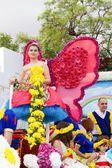 Фуншал, Мадейра - 20 апреля 2015: Участники цветочные Float в Madeira цветок парад, Фуншал, Мадейра, Португалия — стоковое фото