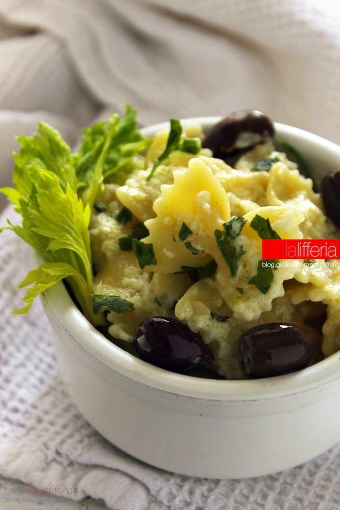 Pasta con crema di sedano e olive taggiasche