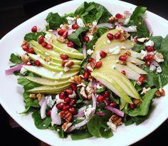 La tavola del Natale si arricchisce di gusto e colore con questa squisita insalata a base di frutta e verdura, speciale per le tue feste in compagnia.