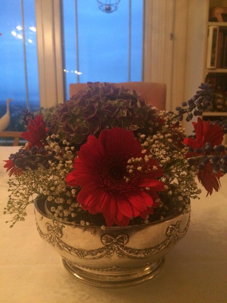 17 mai med rød gerbera, blå perleblomst, hortensia og hvitt