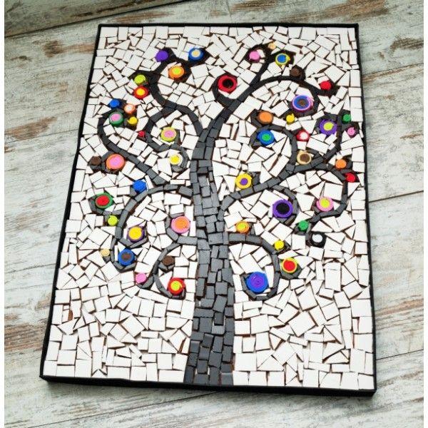 El mosaico, trabajo de artesana. Es una obra pictórica elaborada con pequeñas piezas cerámicas o teselas cortadas una a una de diversas formas y colores pintados en acrílico, colocadas sobre soporte de madera, dando lugar a una armoniosa composición de un arbol, El arbol de la felicidad diseñado por Píu.  Creativo cuadro geométrico para magnificar y decorar esa pared lisa, sin encanto.Regala originalidad, regala exclusividad