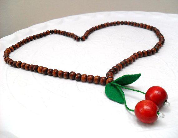 Red Cherry Necklace, repurposed beads / Rode Kersen Ketting  hergebruikte houten kralen  BonnetsByMissMinoes, €10.00 rockabilly