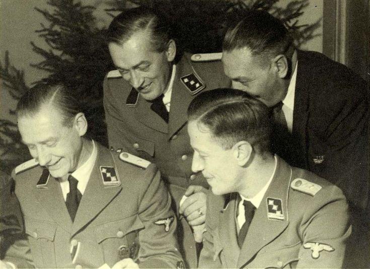 Ferdinand Hugo Aus der Fünten (1909 – 1989). Westerbork 1942: v.l.n.r.: Gemmeker, Hassel, Aus der Fünten en de bankier Scheltnes Ferdinand Hugo Aus der Fünten (Mülheim an der Ruhr, 17 december 1909 – Duisburg, 19 april 1989) was een Duitse oorlogsmisdadiger.  Aus der Fünten sloot zich in 1932 bij de NSDAP aan en trad in 1935 tot de SS toe. In laatste hoedanigheid was hij tijdens de Tweede Wereldoorlog in Nederland betrokken bij de deportatie van Joden naar de concentratie- en…