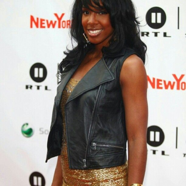 Kelly Rowland in Vintage Love gold