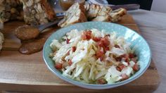 Eine ganz wunderbare Beilage ist ein warmer Krautsalat. Obendrein ist er auch noch ganz schnell gemacht. Rezept & Schritt für Schritt Anleitung.
