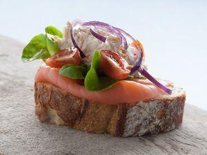 Oerbrood met krabsalade en gerookte zalm, bekijk het recept hier: http://www.brood.net/recepten/hc/oerbrood-met-krabsalade-en-gerookte-zalm