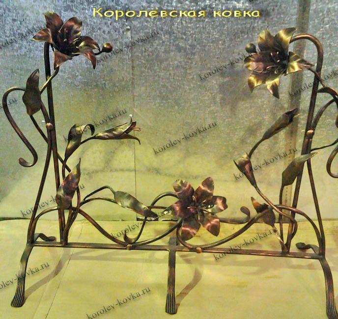 Вариант каминной решетки с цветами с медной и золотой патиной