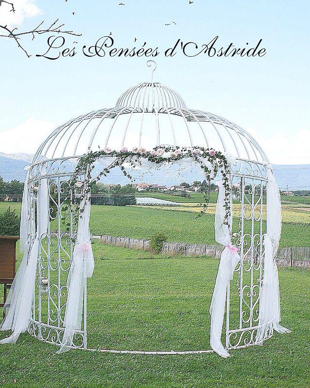 """{Les événements de Victoria}  Une arche décorée de Roses """"David Austin"""", de Dahlias & de Lierre."""