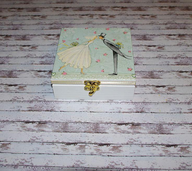 Svatební+polibek+Dřevěná+krabička+o+rozměrech+cca+15x15+cm+a+výšce5,8+cm.+Krabička+je+natřena+akrylovými+barvami,+ozdobená+technikou+decoupage,+mašlía+zapínáním.+Následně+přetřena+lakem+s+atestem+na+hračky,+uvnitř+nechána+přírodní.