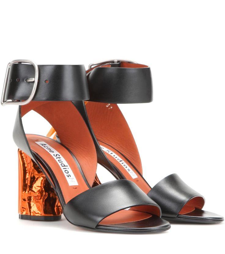Acne Studios - Sandales en cuir à talon en métal Obin - Spécialiste des créations artistiques avant-gardistes, la maison suédoise Acne Studios vous propose les sandales Obin, qui arborent le désormais célèbre talon en métal irrégulier. Présentant une allure androgyne et contemporaine, elles ont été confectionnées en cuir noir, et sont contrastées par des détails et une semelle intérieure de couleur orange. Élégantes, luxueuses et sophistiquées, elles deviendront rapidement essentielles au…