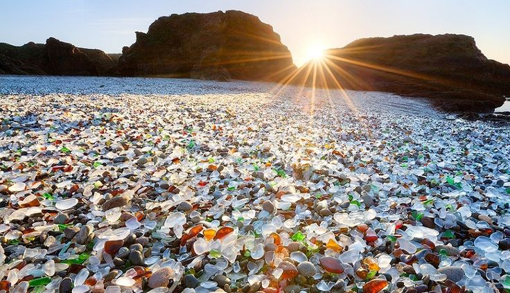 Glass_Beach_California_sun.jpg 830×478 ピクセル