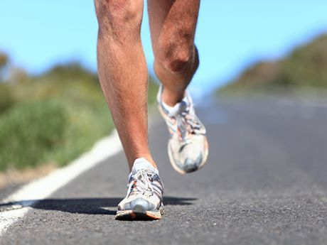 5 Bad Running Habits and How To Break Them: swinging your hands, looking down, tensing up, getting faster, and bouncing. #Fitness #Running