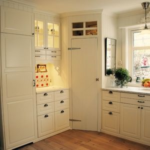 pantry in corner with transom panes