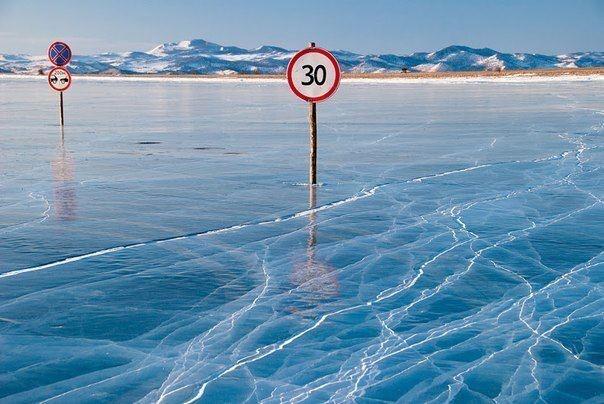ЛЕДОВАЯ ТРАССА ОЗЕРА БАЙКАЛ  Зимой дорога, связывающая остров Ольхон с материком, прокладывается прямо по льду Байкала. Все как на настоящей дороге - знаки, полосы движения, только под колесами — ярко синий лед.