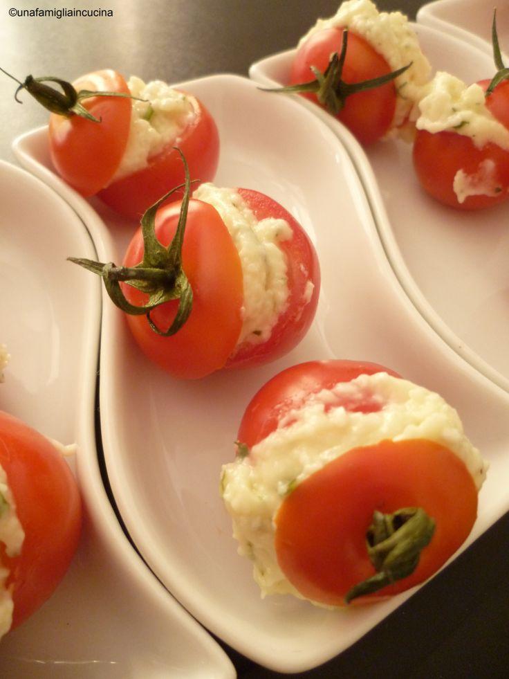 Pomodorini con formaggio ed erbette