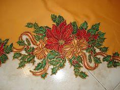 Un Mantel Redondo con Aplicaciones Navideñas y Bordado Líquido Dorado todo un Lujo.