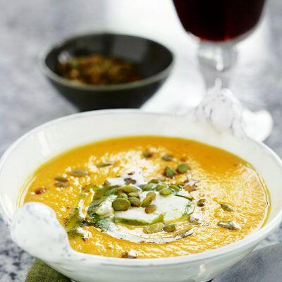 Sötpotatissoppa med getost och pumpakärnor  En gyllengul soppa med smak av vitlök och kajenne.