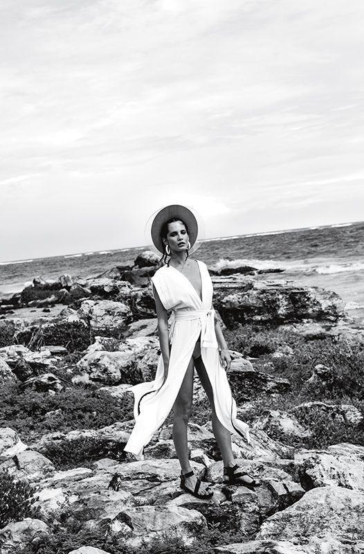 Las soirées al borde del mar requieren de un código especial: géneros que acompañan el entorno salvaje de la playa, una paleta sobria, siluetas funcionales pero reveladoras. Pensando en esto, BLACKMAMBA se alió con Liz Solari para crear Raw, una colección para usar desde que cae el sol hasta la madrugada.