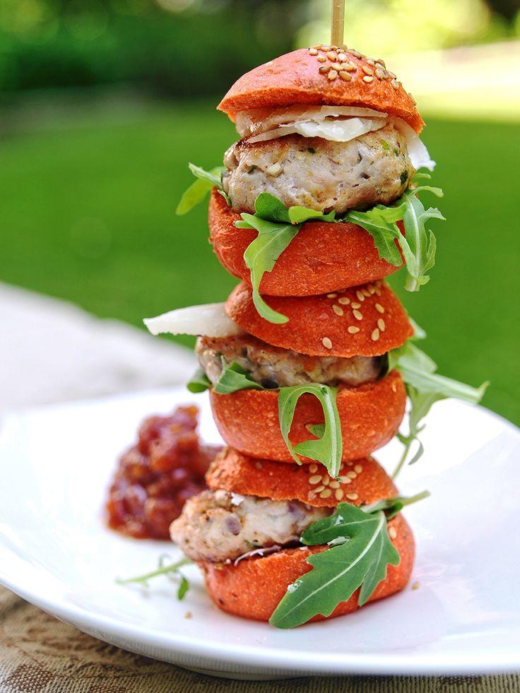 """Hamburguesa de pollo con """"relish"""" de tomate"""