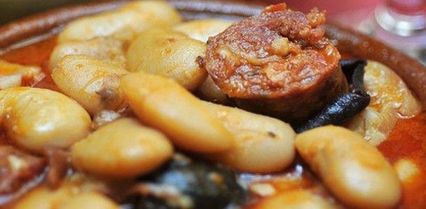 """HARICOTS A LA CORSE (500 g de haricots secs """"Soissons"""", 1 morceau de panzetta (ou à défaut, de la poitrine de porc), 1 figatellu, 1 verre de vin rouge, 1 boîte de concentré de tomate, 1 oignon, sel, poivre, thym, laurier)"""