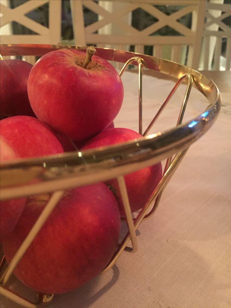 Skördade äpplen i fruktskål