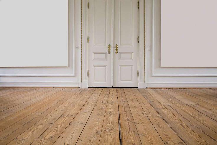 ett trägolv i en sal i ett ståtligt gammalt hus, foto istock