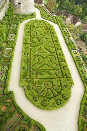 Château de Hautefort, Dordogne (Périgord), France  // Great Gardens & Ideas //