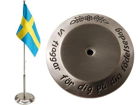 Flaggstång Födelsedag H 40 cm med svensk flagga. Material: Tennlegering.