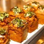 Bjud på morotsmuffins med oliver, färskost och rostade pumpafrön till buffé eller till kräftskiva.