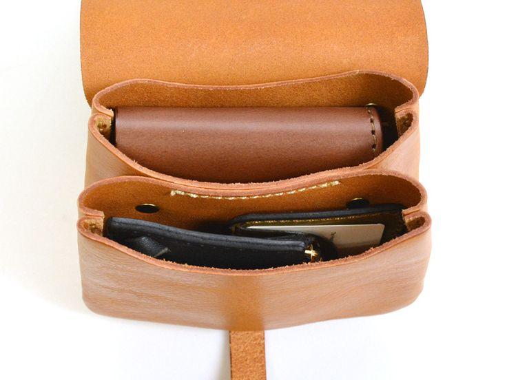 二つ折り財布とスマートフォンを分けて収納できるように設定した2部屋構造が特徴のベルトポーチ。かぶせはギボシ留めでクラシカルなイメージです。