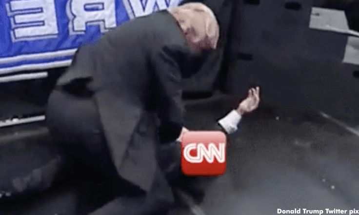 Donald Trump lepas geram belasah CNN   Presiden AS Donald Trump meningkatkan ketegangan hubungannya dengan media apabila muncul membelasah stesen berita CNN semalam.  Donald Trump lepas geram belasah CNN    Melalui Twitter Trump memaparkan dirinya menyerang dan menumbang seorang lelaki pada klip video diubah suai dengan logo CNN dilekatkan pada kepala individu terbabit.  Selepas melepaskan geramnya klip video itu memaparkan logo Fraud News Network.  Ia adalah rakaman pada 2007 ketika Trump…