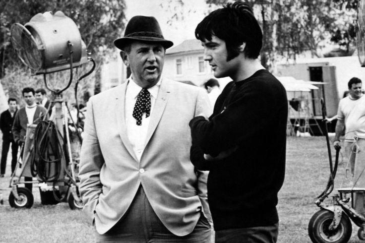 Elvis Aaron Presley var The King of Rock and Roll. Hans død i 1977 chokerede fans verden over, og der er siden opstået utallige konspirationsteorier om, hvad der egentlig skete med Elvis Presley.