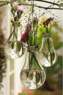 #PANDORAloves this cute idea. Use light bulbs as hanging flower vases. DIY