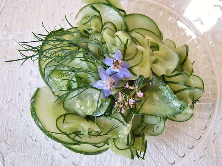 Gurkensalat mit Essig und Öl