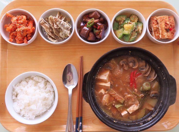 Korean food- soybean stew and banchans. 역시 한식이 최고야!! 간만에 밑반찬 만들어 포식^^ 아~행복해 *오늘 된장찌개 에는 생된장, 무우, 감자, 양파, 파, 고추,버섯, 두부 그리고 멸치가루. 모시조개도 시원하니 맛있지만 오늘은 반찬과 어울리게 멸치가루( 다시멸치와 표고버섯, 다시마쬐끔넣고 갈은것)로 맛을냄. 무말랭이 무침, 고추부각은 손이많이가므로 사왔음^.~, 가지볶음, 호박 새우젓 지짐과 두부부침.