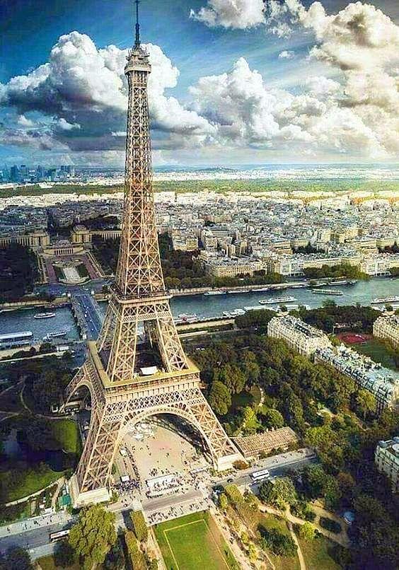 Tour Eiffel - Champ de Mars au pied desquels coule la Seine